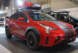 Новый Toyota Prius 2015 год с багажной системой и боксом Thule.